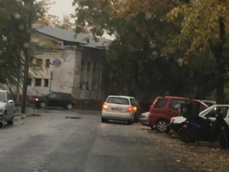 Furcsa parkolás a Klapka utcában