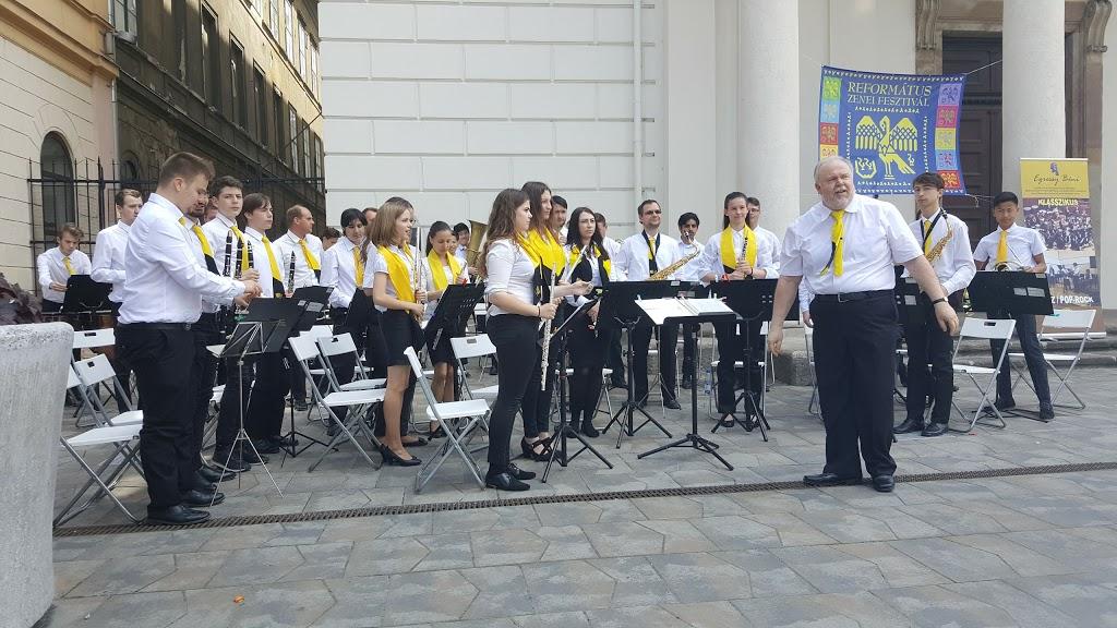 Az egressysek ezen a képen nem a Szent Imre téren, hanem a Kálvin téren zenélnek, fotó: csepel.hu